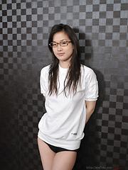 Japanese teen Yui Shirasagi likes spandex